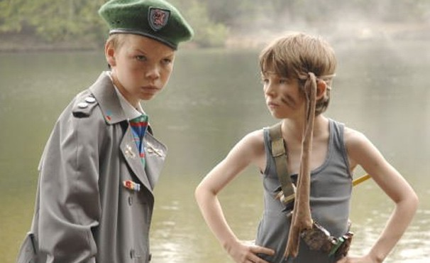 Will Proudfoot (Bill Milner) e Lee Carter (Will Poulter) decidem fazer filme inspirado em 'Rambo' (Foto: Divulgação / Reprodução)