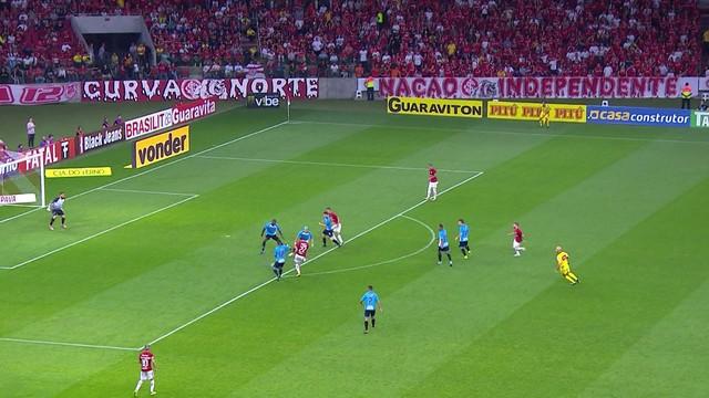 <p> Damião recebe na entrada da área e chuta. Marcão faz a defesa</p>