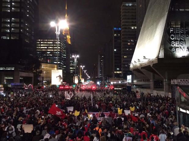 Manifestantes perto do prédio da Fiesp, na Avenida Paulista (Foto: Glauco Araújo/G1)