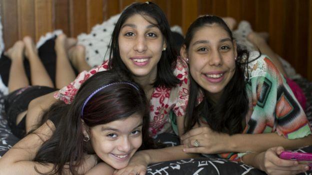 """""""No nosso dia a dia não existe deficiência. Claro que é preciso ter um pouco mais de atenção, mas elas são como eu"""", diz irmã mais nova das adolescentes (Foto: Bruno Kelly)"""
