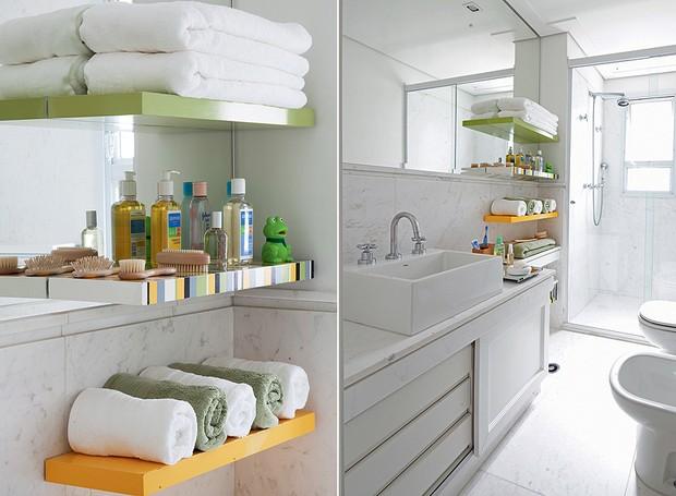 O banheiro revestido de mármore piguês ganhou ar moderninho com as três prateleiras coloridas, desenhadas pela arquiteta Suzy Melo. Agora sobra espaço para toalhas e cosméticos (Foto: Maíra Acayaba/Casa e Jardim)