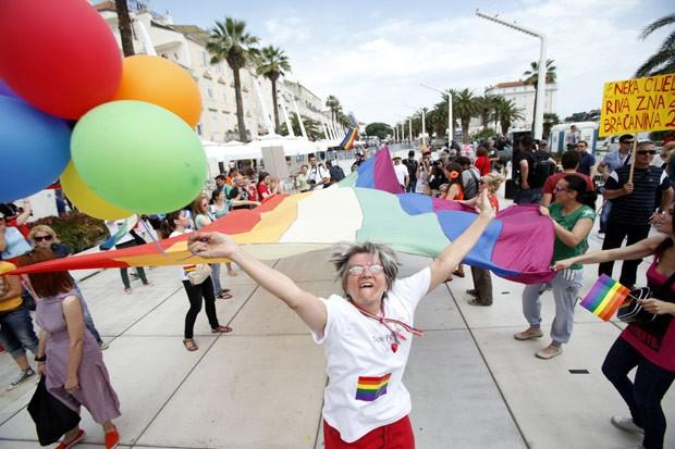 Manifestantes participam da Parada Gay de Split, na Croácia, neste sábado (9) (Foto: AFP)