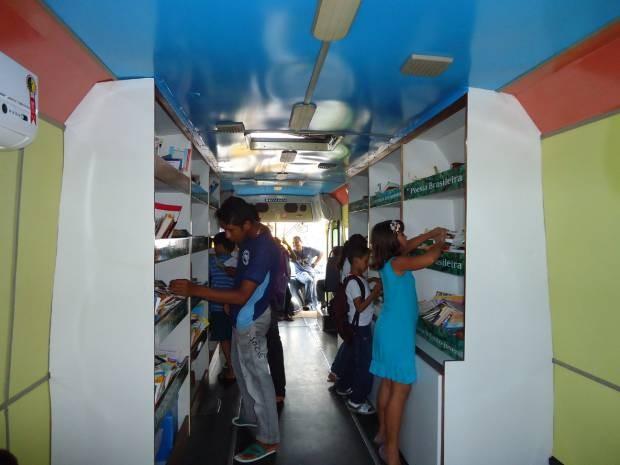 Ônibus biblioteca leva livros e o universo de conhecimento a estudantes de diversas localidades no Pará. (Foto: Divulgação/Fctpn)