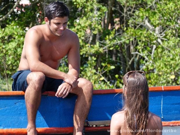 Carol explica direitinho o que Juliano precisa fazer para conquistar Natália (Foto: Flor do Caribe / TV Globo)