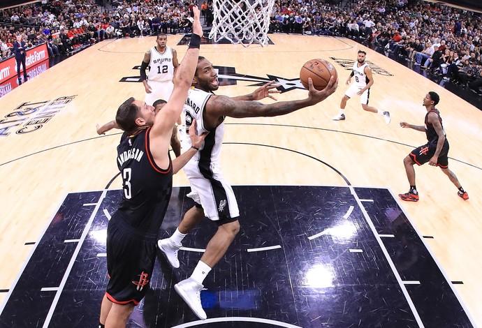 Kawhi Leonard sobe para a cesta no duelo do San Antonio Spurs contra o Houston Rockets (Foto: Getty Images)