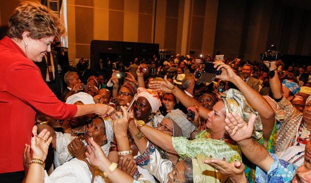 Dilma Rousseff cumprimenta delegados da 3ª Conferência Nacional de Promoção da Igualdade Racial (Foto: Roberto Stuckert Filho/PR)