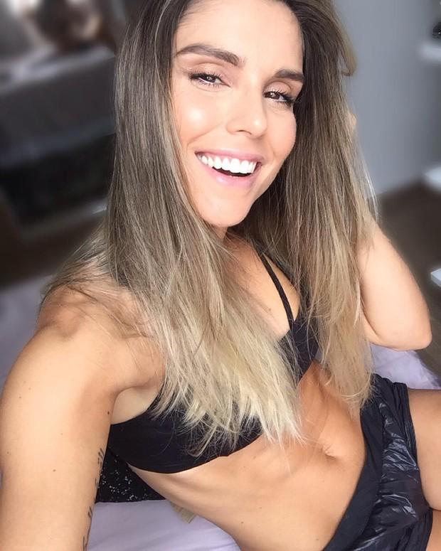 Flávia Viana exibe barriga chapada  (Foto: Reprodução / Instagram)