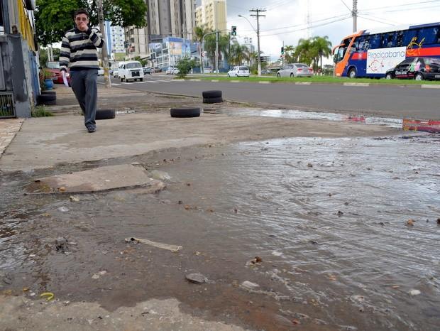 Pedestres precisam pisar em esgoto para passar em avenida (Foto: Leon Botão/G1)