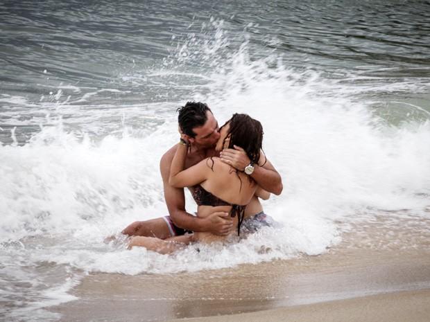 Márcia e Théo se beijam na praia (Foto: Salve Jorge/TV Globo)