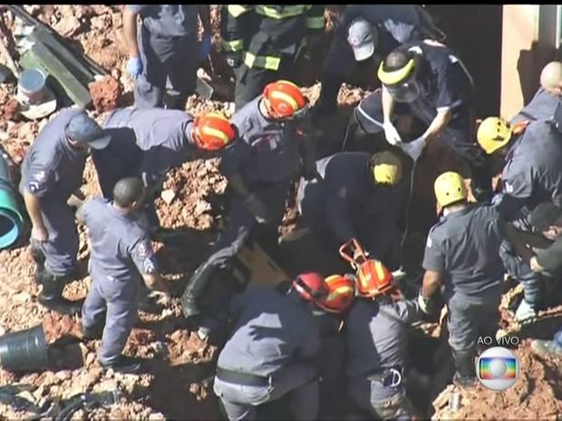 Bombeiros tentam retirar vítima soterrada em Santo André (Foto: Reprodução/TV Globo)