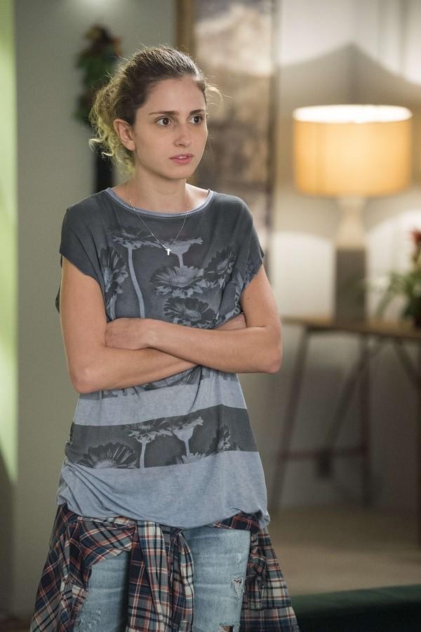 Ivana não gosta de se produzir e se veste com roupas do irmão em 'A Força do Querer' (Foto:  Globo/Artur Meninea)