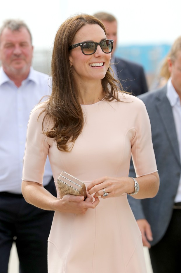 Kate Middleton usa vestido rosa-claro de R$ 4,5 mil  durante visita à catedral (Foto: Getty Image)