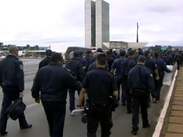 Guardas protestam por votação de PEC que pode autorizar o uso de armas na profissão (Foto: Reprodução/EPTV)