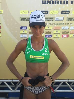 Elize Maia brinca e usa a faixa-preta após vencer em Fortaleza (Foto: Gabriel Fricke)