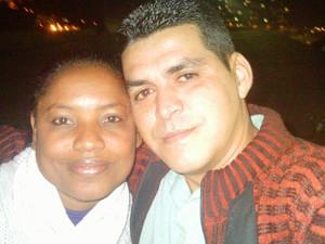 Edinaldo Oliveira de Assis, ao lado da mulher (Foto: Ana Paula Alexandre/Arquivo Pessoal)