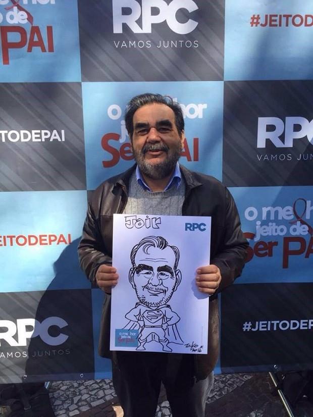 Cerca de 100 caricaturas foram distribuídas (Foto: Divulgação/RPC)