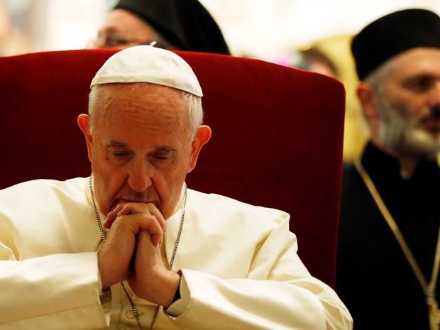 Papa Francisco visita a catedral Svetitskhoveli, na Geórgia, neste sábado (1) (Foto: Reuters/David Mdzinarishvili)