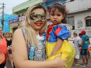 Carol Santos, 32, levou a filha =Maria Angelina Santos,  2 , para curtir a folia. (Foto: Ive Rylo/ G1 AM)