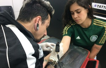 Torcedora do Palmeiras faz tatuagem em homenagem à 'Chape' em MG