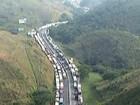 Bloqueio de caminhoneiros na Via Dutra provoca falta de combustíveis