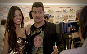 De olho na fama, Suelen carrega Leandro para festa vip
