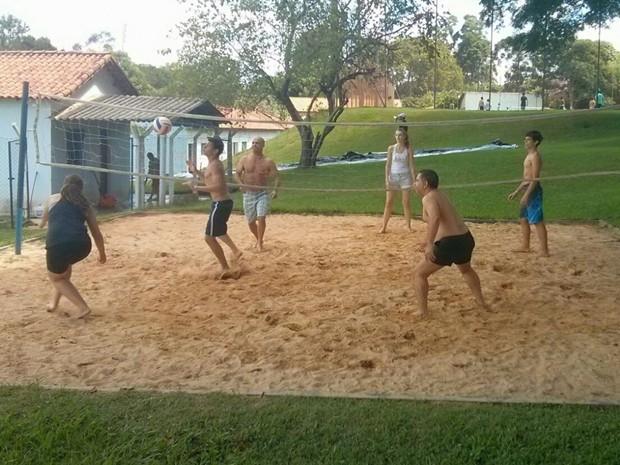 Grupo se divide entre orações em cultos e prática de esporte (Foto: Cláudio Nascimento/ TV TEM)
