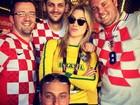 Fiorella Mattheis posa com torcedores croatas: 'Não vem que não tem'