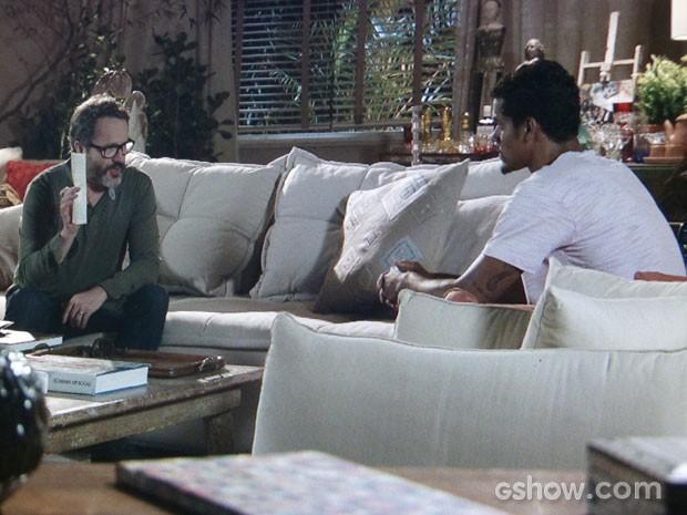 Fernando mostra a ficha de Jairo e ameaça ele (Foto: Em Família/TV Globo)