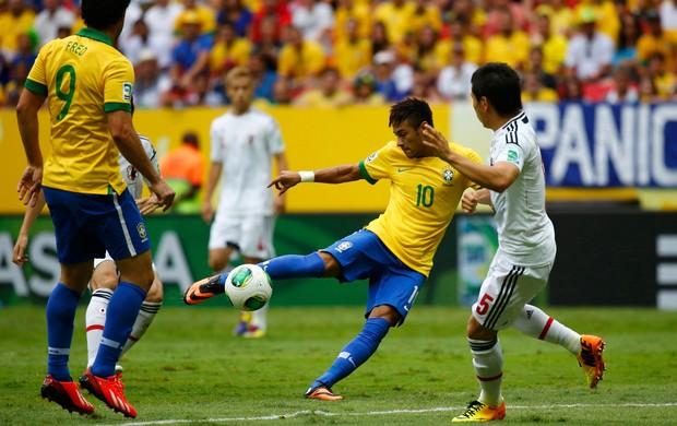 Neymar chuta pra marcar, Brasil x Japão (Foto: Reuters)