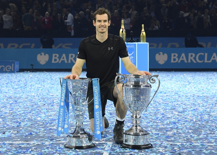 Andy Murray com os troféus do ATP Finals e de número 1 do mundo de 2016 (Foto: Reuters)