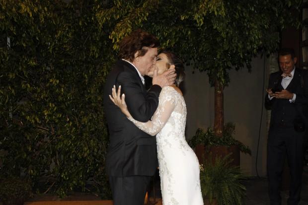 Os noivos posam para os fotógrafos após o casamento (Foto: Celso Tavares/EGO)