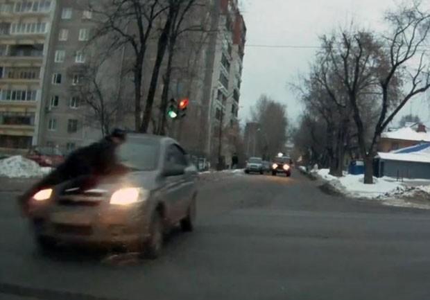 Policial russo saltou no capô de carro após motorista acelerar e tentar fugir (Foto: Reprodução/YouTube/NEWSRU2031)