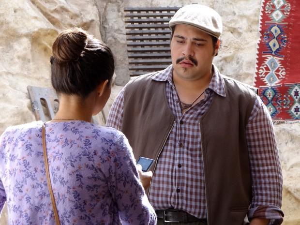 Demir fica cabreiro, mas decide ajudar Morena (Foto: Salve Jorge/TV Globo)