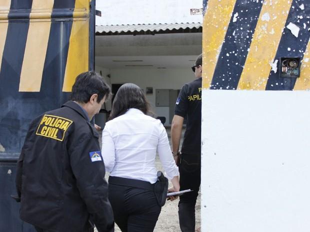 Polícia realiza perícia em empresa de segurança de valores arrombada em Olinda (Foto: Bruno Lafaiete/TV Globo)