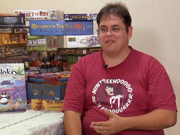 André Ruz coleciona jogos que vem, até mesmo, de outros países. É diversão exportada! (Foto: Reprodução / TV TEM)