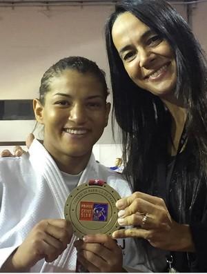 Sarah Menezes e a técnica Rosicleia Campos no Grand Slam de judô (Foto: Reprodução / Instagram)