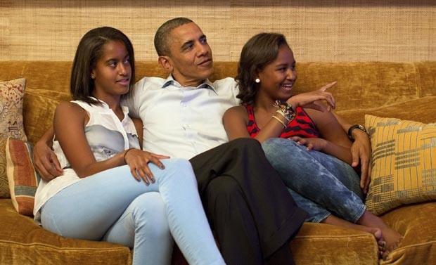 Malia, Obama e Sasha assistem ao discurso na Casa Branca (Foto: Reuters)