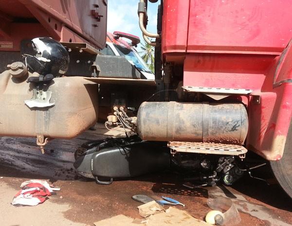 Moto foi parar embaixo de caminhão após acidente na Camboa. (Foto: Jorge Aragão/Rádio Mirante AM)