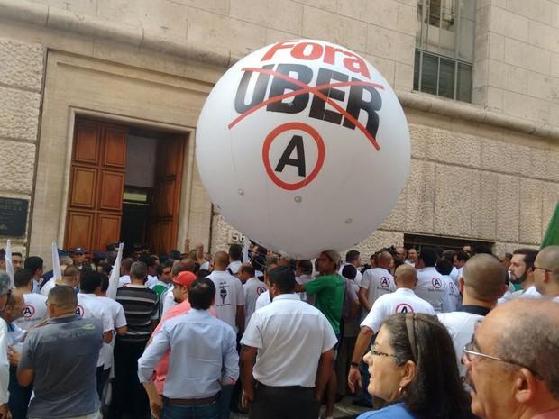 Protesto de taxistas na porta da Prefeitura de São Paulo (Foto: Roney Domingos/G1)
