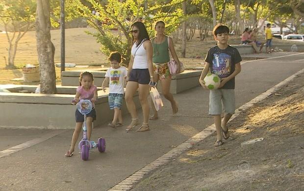 Famílias amaapaenses aproveitam a folga para passear com a família (Foto: Amapá TV)