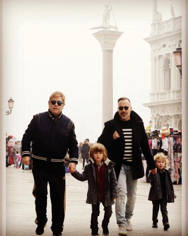 O cantor Elton John, seu marido, David Furnish, e seus filhos (Foto: Instagram)
