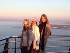 Carla Perez e filhos posam estilosos durante viagem em família