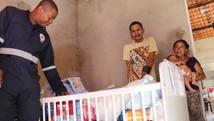 Mãe de Samuel recebe doações de equipe do Samu (Fernando Brito/G1)