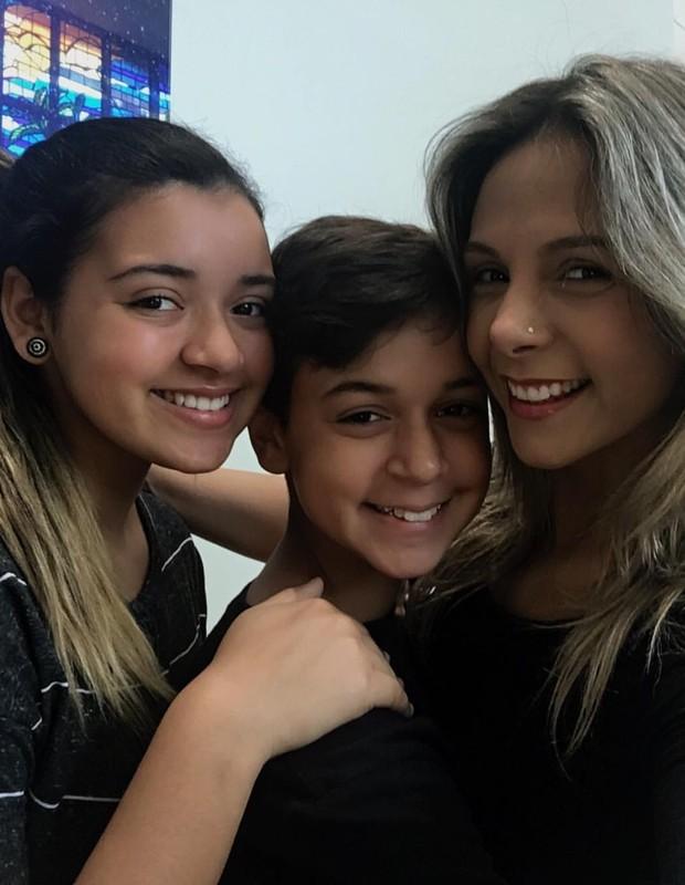 Carla Perez com Camilly Victória e Victor Alexandre  (Foto: Reprodução/Instagram)