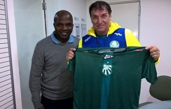 Técnico da Caldense faz estágio no Palmeiras e entrega camisa à Cuca