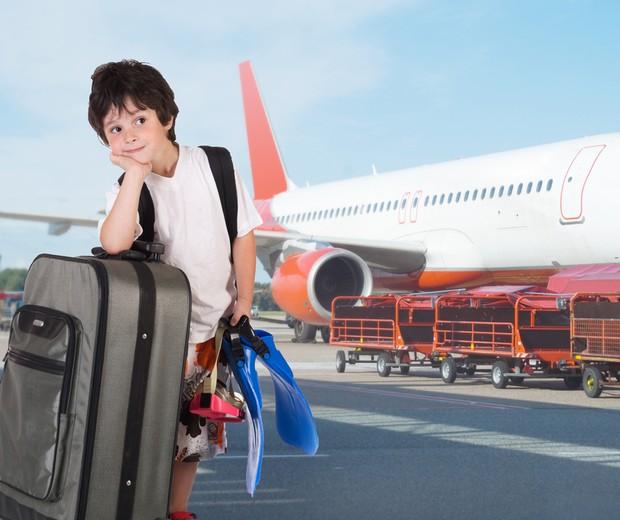 Criança com malas no aeroporto  (Foto: Shutterstock)