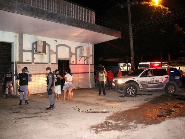 Suposto assaltante foi morto a tiros após abordar um homem na frente de uma loja de autopeças, diz polícia (Foto: Marcos Dantas/G1 AM)