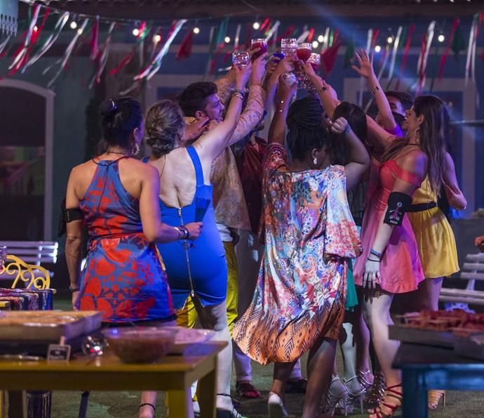 Brinde! Participantes e gêmeos celebram a Festa na Vila (Foto: Artur Meninea/Gshow)