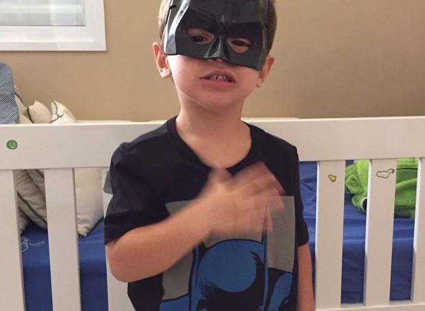 Vinícius: pronto para o baile real na escola, vestido de Batman (Foto: Arquivo pessoal/ Simone Scandalo)