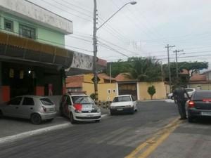 Dois são presos após assalto a mercadinho em São José dos Campos (Foto: Jonatan Morel/ TV Vanguarda)